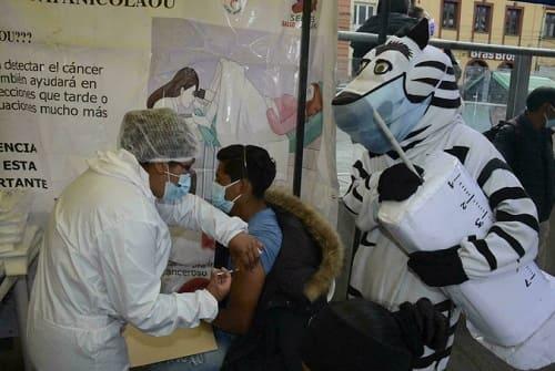 Vacunación a jóvenes bolivianos