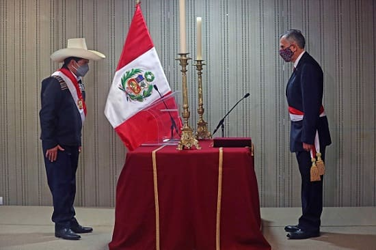Pedro Castillo posesiona a Francke Perú