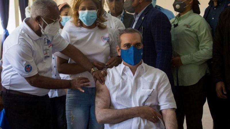 Luis Abinader, recibe tercera dosis vacuna