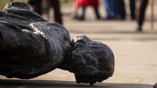Cristobal Colon, estatua derribada